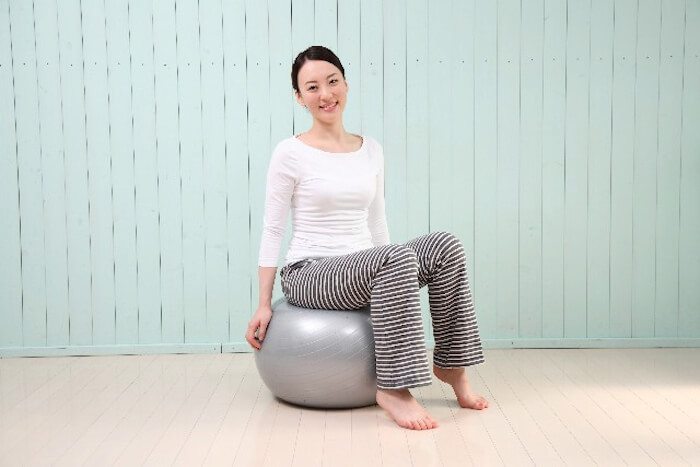 50s-menopausal-weight-limit-simple-balance-ball-exercise01